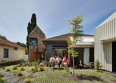 Místo rozšiřování původního domku přístavbou zvolili architekti netradiční způsob a přistavěli k němu miniaturní vesničku tvořenou několika dalšími stavbami.