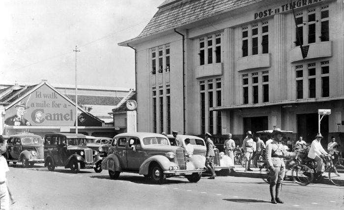 Around Kantor Pos Bandung in 1938, the building itself built in 1928 - 1930 by J. van Gendt