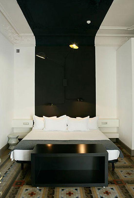 Une large bande noire en tête de lit et qui remonte au plafond #black #stripe #wall