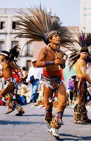 La música y las danzas típicas precolombinas, siguen llenando las calles de colores y ritmos. La historia y la cultura de los pueblos que habitaron América se hace presente en México, en cada fecha conmemorativa.