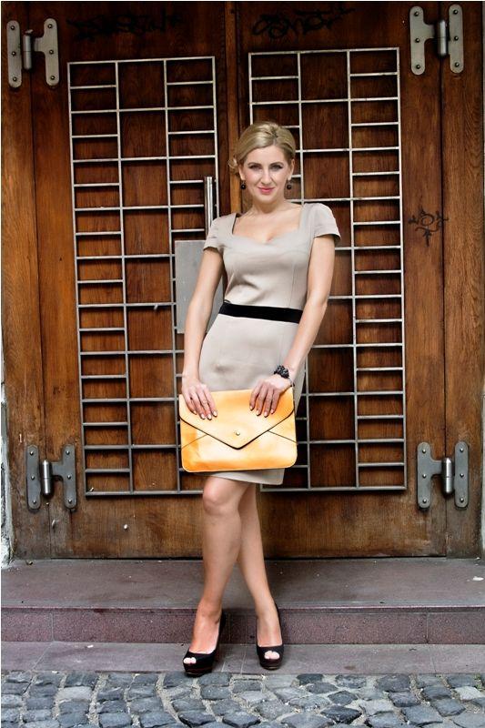 Rochie Patricia Rochie dreapta realizata din stofa cu elastan, lungime medie, talie accentuata, maneci cu pliuri si cuta dubla la spate. 219RON