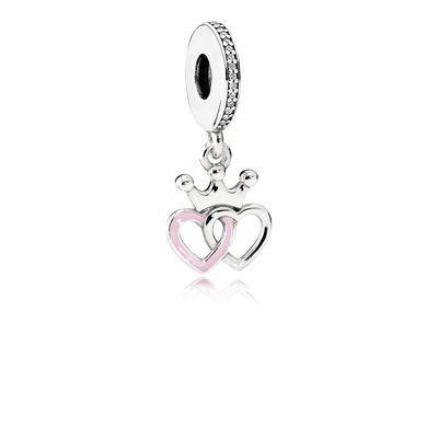 PANDORA | Hangende charm gekroonde harten | Hangende charm gekroonde harten is versierd met lieflijk roze emaille. Deze zilveren charm van PANDORA is ontworpen met twee in elkaar verwoven harten en een sierlijke, koninklijke kroon. Deze details zijn geregen aan een met stenen-bezette ring. Deze prachtige, liefdevolle charm is een waardevol cadeau voor je geliefde en voor jezelf! Shop nu in de PANDORA eSTORE