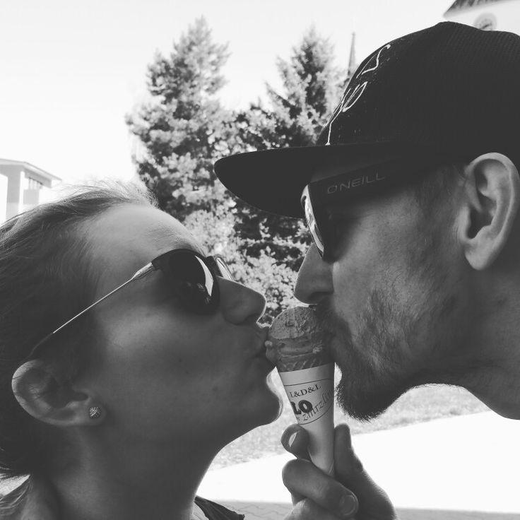 """Prvomájový bozk """"pod"""" čerešnovým sorbetom ❤🍦 predsa aj sama zmrzlina vzinkla z lásky."""