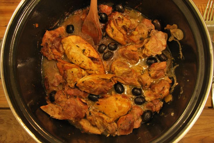 Marokkaanse kip, gemaakt in tajine of een braadpan met olijven en ingelegde citroen is een klassieker. Met dit recept maak je het thuis ook!