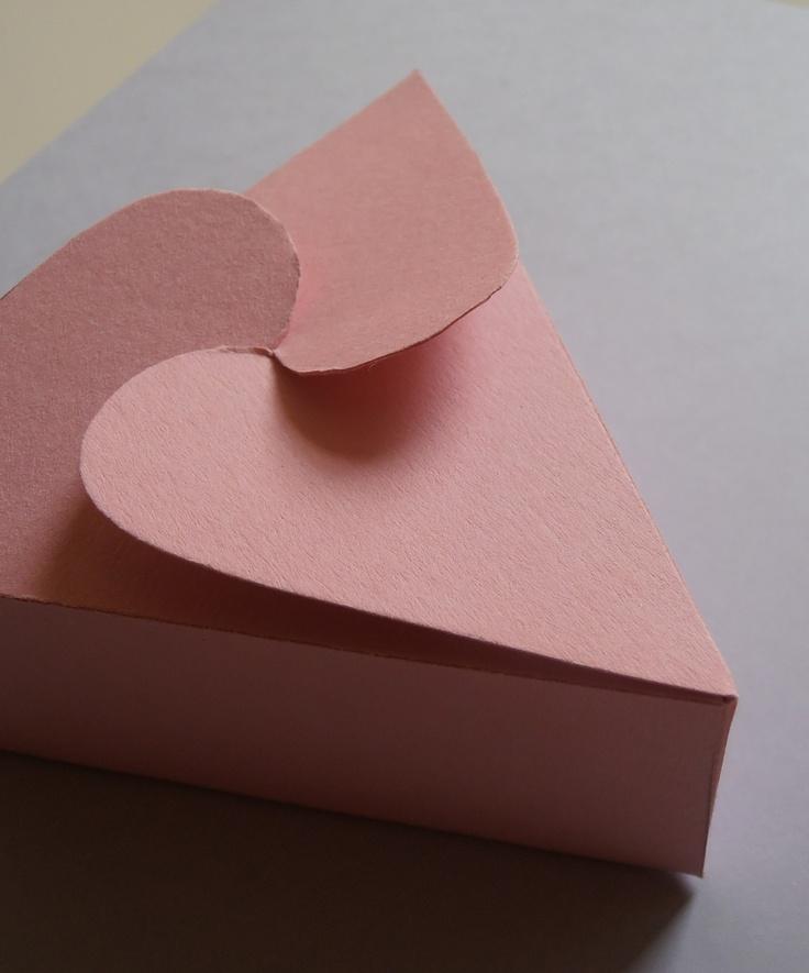Dárkové krabičky .... 12 Malé dárkové krabičky Potěšte své blízké malým překvapením v dárkové krabičce. Krabičky jsou vyrobeny z kvalitního pevného papíru. Velikost: výška 4 cm šířka 9x9x9 cm Dostupné v různých barvách barvu připište k objednávce :)