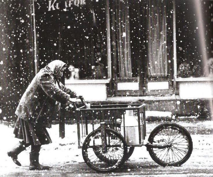 İstanbul'da karlı bir günde bir kadın - a woman in Istanbul (1980) #wintertime #kışzamanı #istanlook