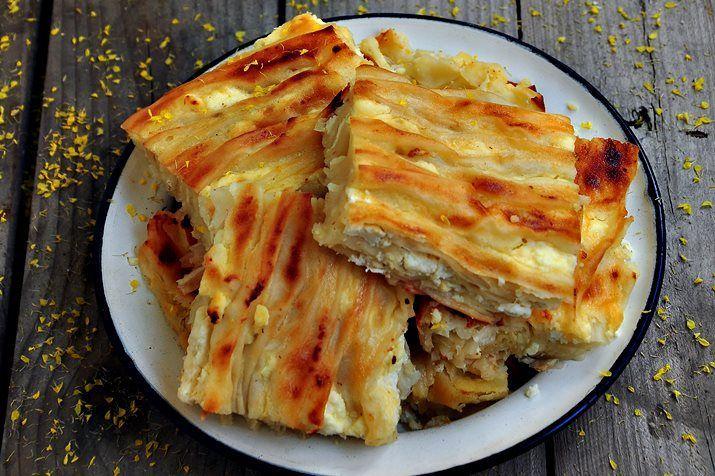 Beni takip edenler bilir,eşim Bulgaristan göçmeni ve bu göçmen böreği,diğer adıyla peynirli kırma böreği, ya da pileli börek kayınvalidemin sık yaptığı böreklerden biri.O yufkayı kendisi açarak yapıyor ama hazır yufkalarla da sık sık yapar. Ben daha önce pileli börek olarak tarifi paylaşmıştım ama böreğe gelen yorumlarda,bunun kıvrım ,yada göçmen böreği olduğu yazanlar oldu ve bendeRead More
