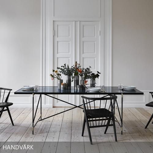 Esszimmer im stimmungsvollen Altbau: Der HANDVÄRK Esstisch passt perfekt hinein. #schwarz #esstisch #esszimmer #dining #skandinavisch #altbau #interior #design #einrichten
