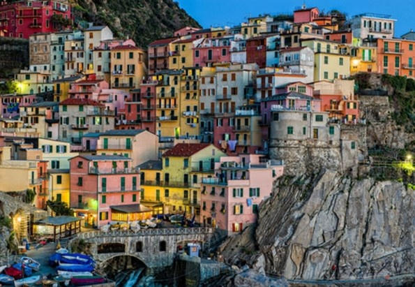 bManarola in Italië/bbr Als je dit vissersdorp in de Cinque Terre vanaf een afstand bekijkt, lijken de kleurrijke huizen op de klif net vrolijke luciferdoosjes. Dit dorp, dat op de Werelderfgoedlijst van UNESCO prijkt, biedt vakantiegangers onder meer mooie zonsondergangen en romantische wandelingen in rustige baaien.
