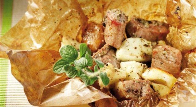 Ένα απίθανο παραδοσιακό φαγητό με μείγμα από χοιρινό και αρνίσιο κρέας συνδυασμένο με τυρί και μυρωδικά που ψήνεται στη λαδόκολλα. Εδώ είναι λίγο πειραγμένο, κι έτσι αντί για κεφαλογραβιέρα είναι φτιαγμένο με χαλούμι και κάμποσα