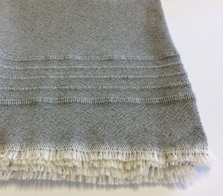 Plaid Cecchi&Cecchi in lana colore grigio chiaro mélange con frange colore bianco.