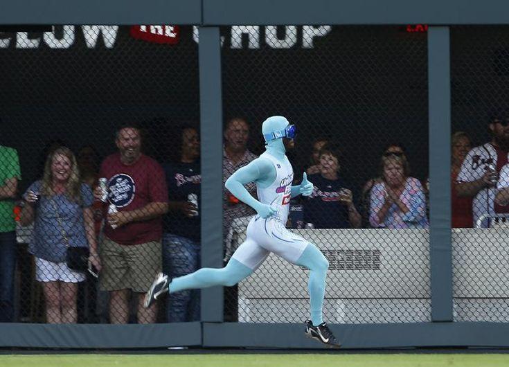Un espontáneo saltó al campo durante el partido de béisbol de los Atlanta Braves contra los Miami Marlins