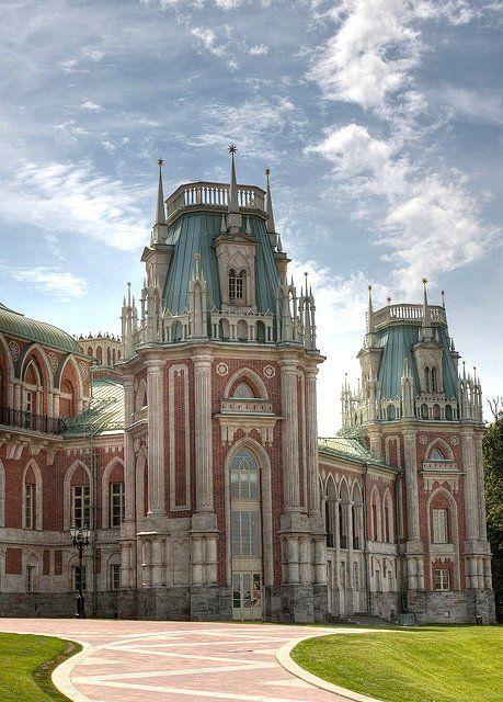 Екатерининский дворец:  Rococo palace located in the town of Tsarskoye Selo (Pushkin), 25 km southeast of St. Petersburg, Russia. It was the summer residence of the Russian tsars.