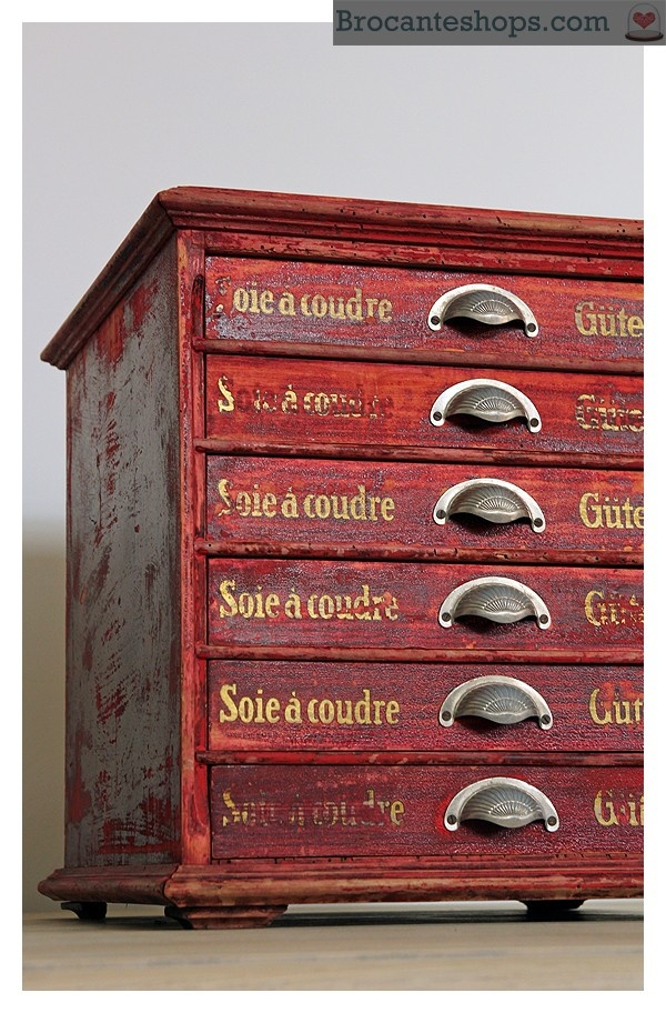 Antiek Gütermann kastje met lades--- Um, this is German, but, I think I can visually translate this to be a gutterman thread/spool cabinet, which, btw, I'm in love with! Love love the red!