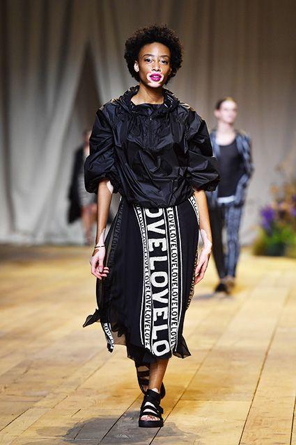 Неделя моды в Париже: Белла и Джиджи Хадид, Ольга Куриленко и другие звезды на показе H&M Studio весна-лето 2017 | СПЛЕТНИК