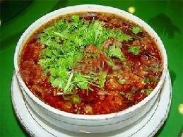 「水煮牛肉」は、辛さの中に野菜と牛肉の絶妙なマッチングで濃厚な香りが漂う四川料理です。近年では中国各地に広まっています。
