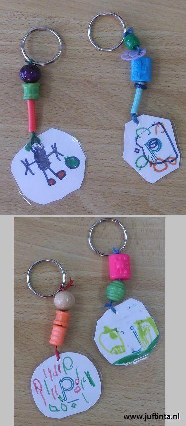 Kleine tekeningen, geplastificeerd als sleutelhanger
