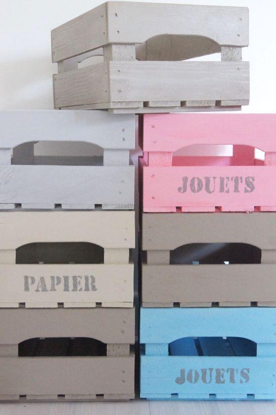 Cageots peints en couleurs pastelles pour ranger ce qui traîne.