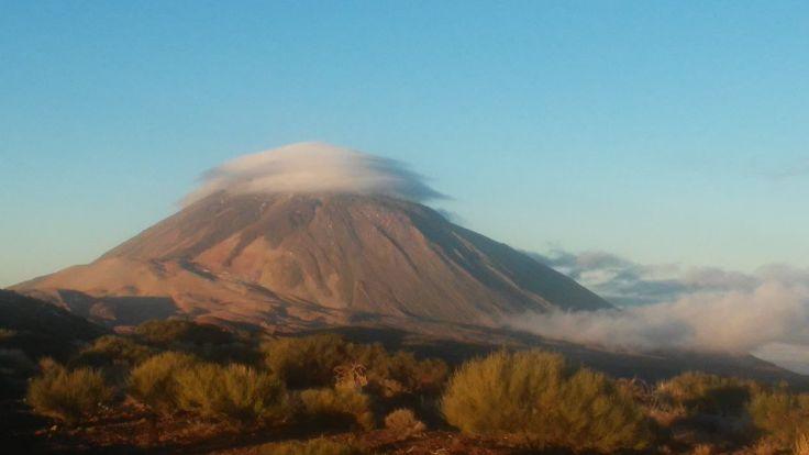 Nubes lenticulares. El Teide y su sombrero  vía @TPerdigon