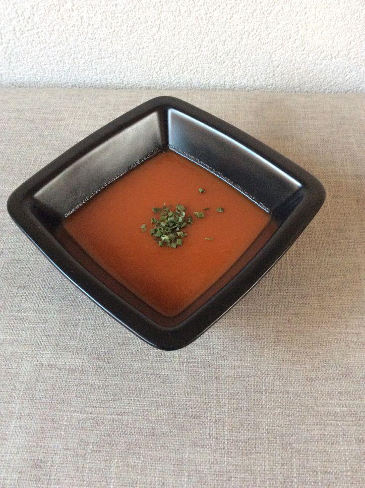 Verse tomatensoep 5 el olijfolie, 1 gesn. Ui, 1 teen knoflook zachtjes fruiten. 1 gr. Blikje tom. Puree even meebakken. 8 gr. Romatom. Ins tukken toevoeg. En even meebakken 1 li. Heet water en 2 groente bouillon 20 min. Zacht laten koken. Scheutje ketjap en 2 mini kuipjes appelmoes. Met staafmixer pureren.  Dit is een vegatarisch recept maar je kan ook gehaktballetjes of stukjes kip toevoegen.  EET SMAKELIJK !!!!