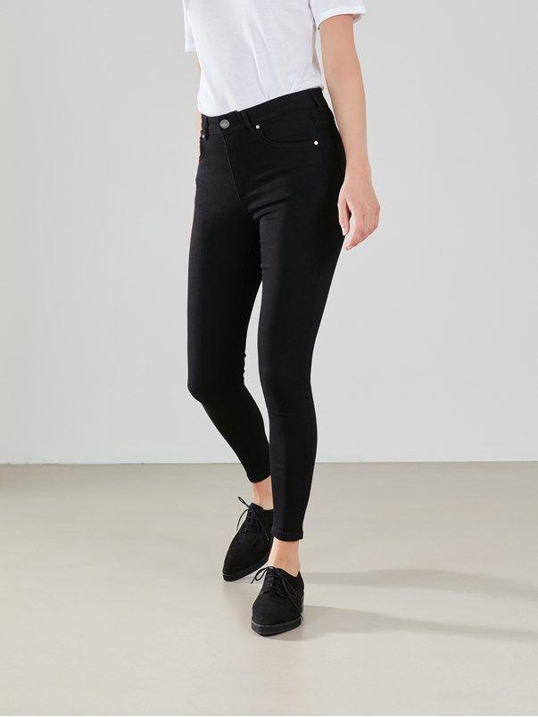 Super stretch jeans med ankellengde. Høyt liv og smale ben. Never Denim. Svart