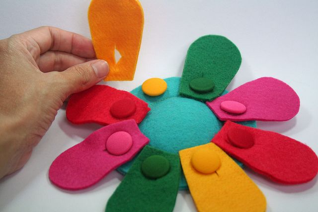 Felt toy BUTTON FLOWER this would be a really creative way to keep track of Daisy petals earned...each girls displayed at meetings, a special part of the meeetings where the leader gives the petal to the Daisy to button on her daisy
