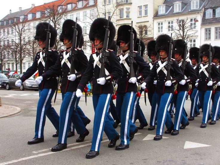 Mesmo para quem não tem uma veia militarista, a visão de um conjunto de soldados, todos vestidos de igual, e com movimentos e passos sincronizados ao som de um ritmo certo, é algo que nos faz apetecer marchar ao lado deles. Foi isso que senti quando, em Copenhaga, acompanhamos a marcha da Guarda Real, quase …