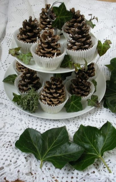 Denneappels als mini kerstboompjes mbt cup cake vormpjes en wat groen + zilververf, kunst/nep sneeuw, o.i.d. Voor de punten vd denneappels.: