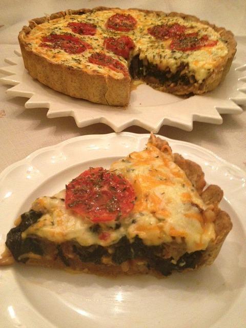 Aprende a preparar quiche integral de espinacas y tomate con esta rica y fácil receta. Mezclamos la harina integral con la margarina, el huevo batido y dos cucharada...