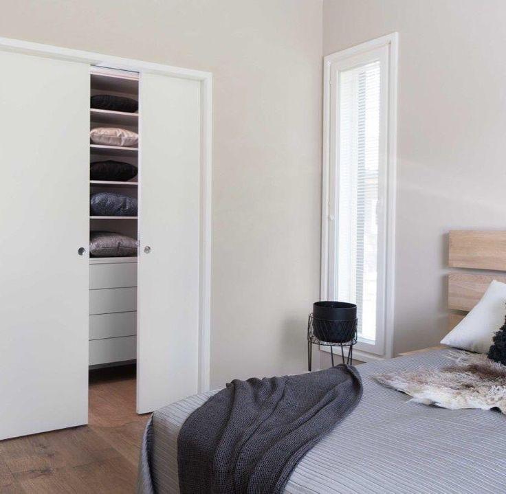 Använda skjutdörrar som rumsavdelare till walk-in closet i sovrummet.  #swedoor #swedoorse #semindörr #mindrömmdörr #endörrgörskillnad #jagälskardörrar #stable #dörr #innerdörr #ytterdörr #interiör #inredning #inspiration #nybygg #renovering #uppfräschning #nyadörrar #boendemedstil #nordicliving #dörrlösningar #dörruniversum