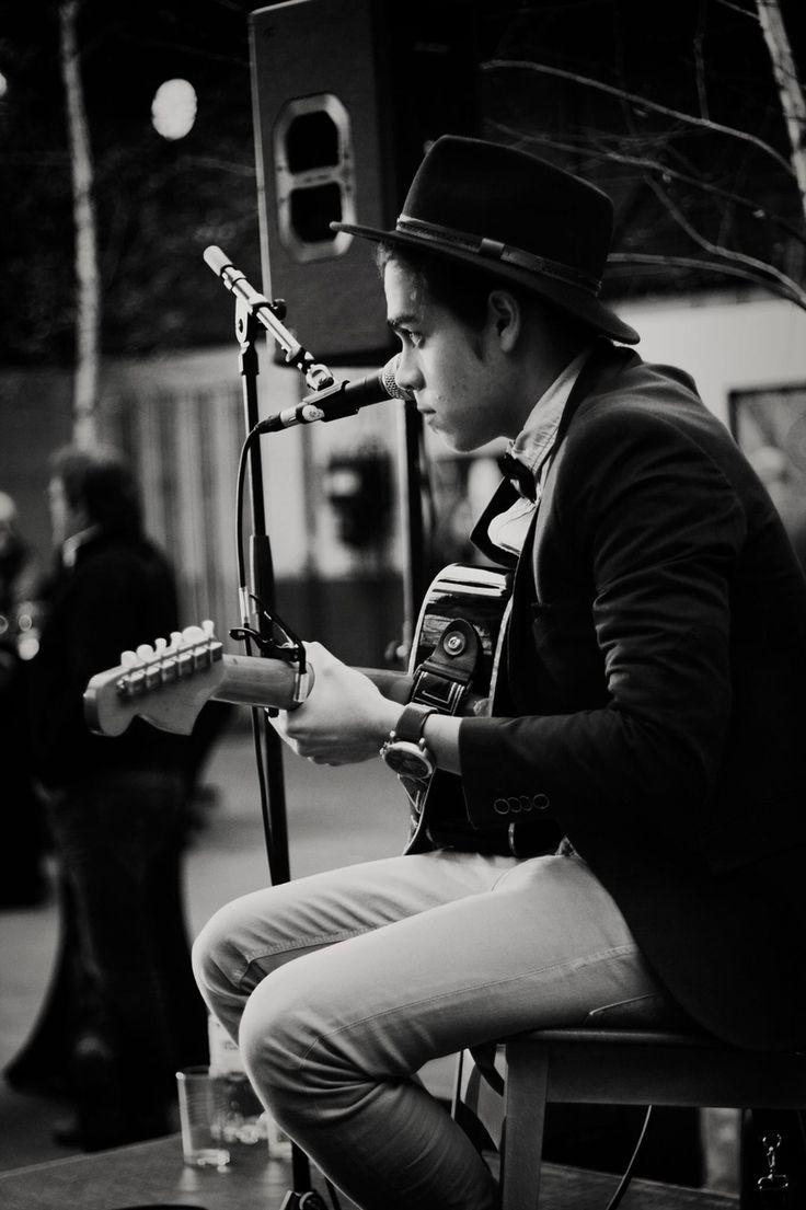 © Daphne van Leuken fotografie  Muzikant tijdens de vernissage   #Muziek, #gitaar, #fotografie, #evenement, #sfeer, #music, #photography, #boy, #black and white