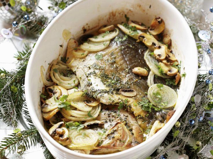 Weihnachtlicher Karpfen mit Zwiebeln und Pilzen | Zeit: 20 Min. | http://eatsmarter.de/rezepte/weihnachtlicher-karpfen-mit-zwiebeln-und-pilzen