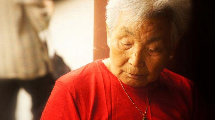 Une vieille chinoise joue aux dominos avec ses amis au temple du ciel à Pékin en Chine