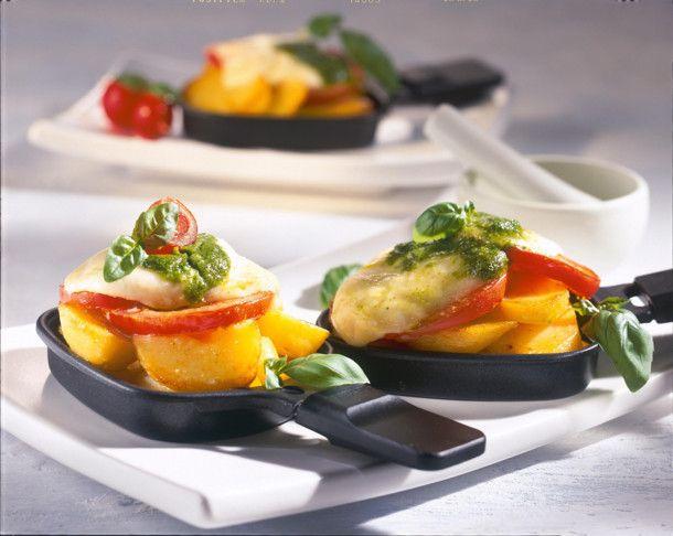 Raclette mit Tomaten, Kartoffeln, Mozzarella und Pesto Rezept