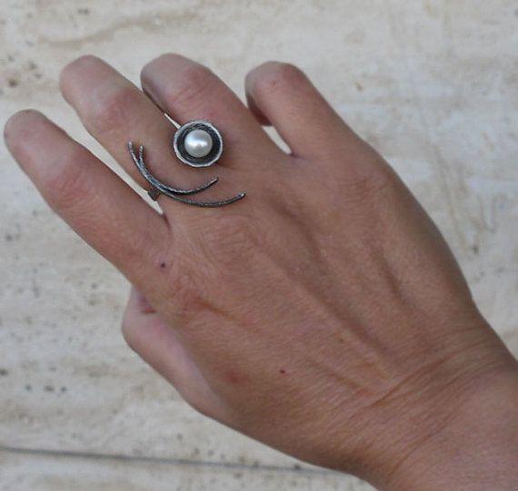 Zilveren ring met parel. Deze instructie ring is gemaakt van sterling zilver en wit zoetwater parel. Ik gaf aan deze parel ring die een shlight Zwarte oxidatie en ruwe afwerking in volgorde de zoetwater parel en de zilveren details worden benadrukt   Breedte van de band: 3mm zoetwater parel approx: 8mm Zilveren cirkel ca: 1, 4mm (0,55-inch) Lengte: 3, 5mm (1,37) Het heeft een ruwe afwerking. verstelbare ring  Een verstelbare ring is een meest geschikte sieraad voor vrouwen, gezien het feit…