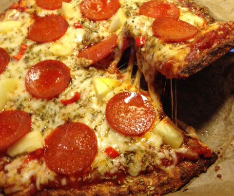 LCHF-pizza | Blomkålspizza med pepperoni, ananas og chili