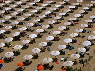 Op deze afbeelding zie je heel veel parasolletjes. Omdat hetzelfde steeds wordt herhaald is het het beeldaspect ritme.