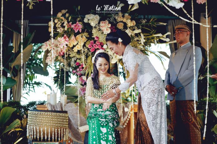Javanese wedding ceremony | Chacha & Dico - Jawa Wedding by Le Motion | http://www.bridestory.com/le-motion/projects/chacha-dico-jawa-wedding