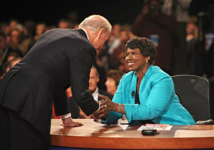 2016-11-14 - PBS journalist Gwen Ifill dies of cancer - Photoo: In this Oct. 2, 2008, file photo, PBS journalist and debate moderator Gwen Ifill and then-Democratic vice presidential nominee, Sen. Joe Biden, D-Del., left, shake hands at the end of his vice presidential debate with Republican rival, Alaska Gov. Sarah Palin in St. Louis, Mo. Ifill died on Monday, Nov. 14, 2016, of cancer, PBS said. She was 61. (DON EMMERT / AP)