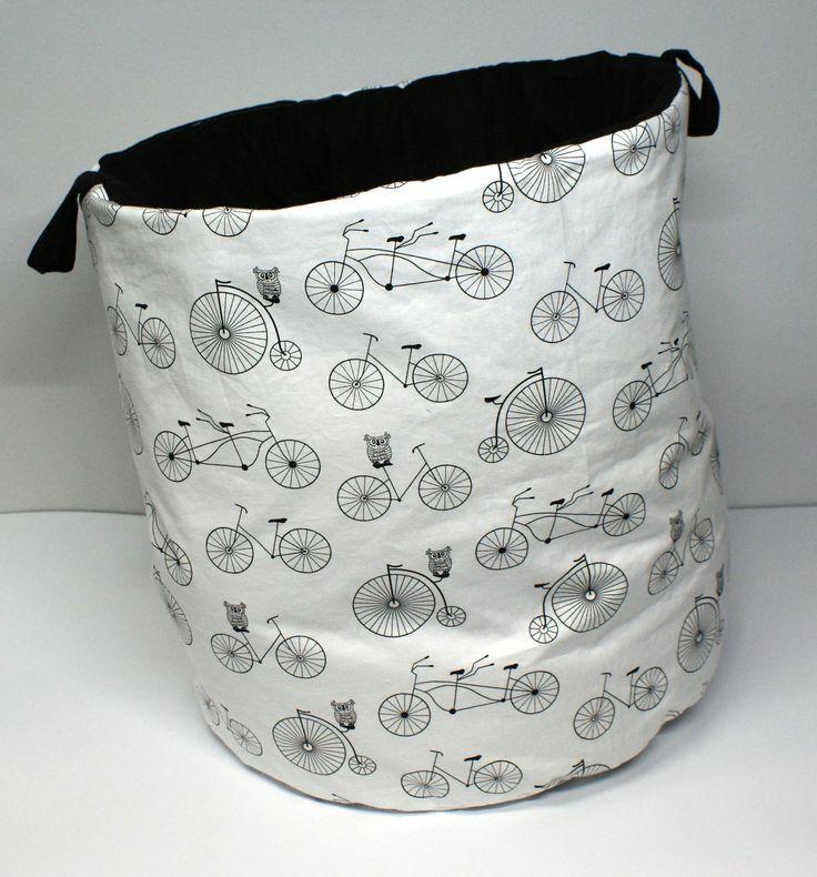 Kosz w rowery idealnie sprawdzi się jako pojemnik na zabawki, koce, poduszki, misie oraz inne rzeczy. Wymiary: śr. ok 43cm, wys. ok 49cm. Ręcznie wykonane Materiał: 100% bawełna.