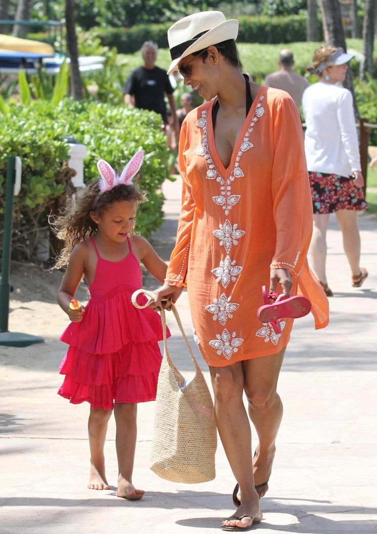 Halle Berry reaching out to Jennifer Garner to block paps from photographing kids -   Here are some more photos of Halle Berry and Nahla on vacation in Maui on Easter.  Last week, we covered some photos of Halle, Nahla and Olivier on the beach too.