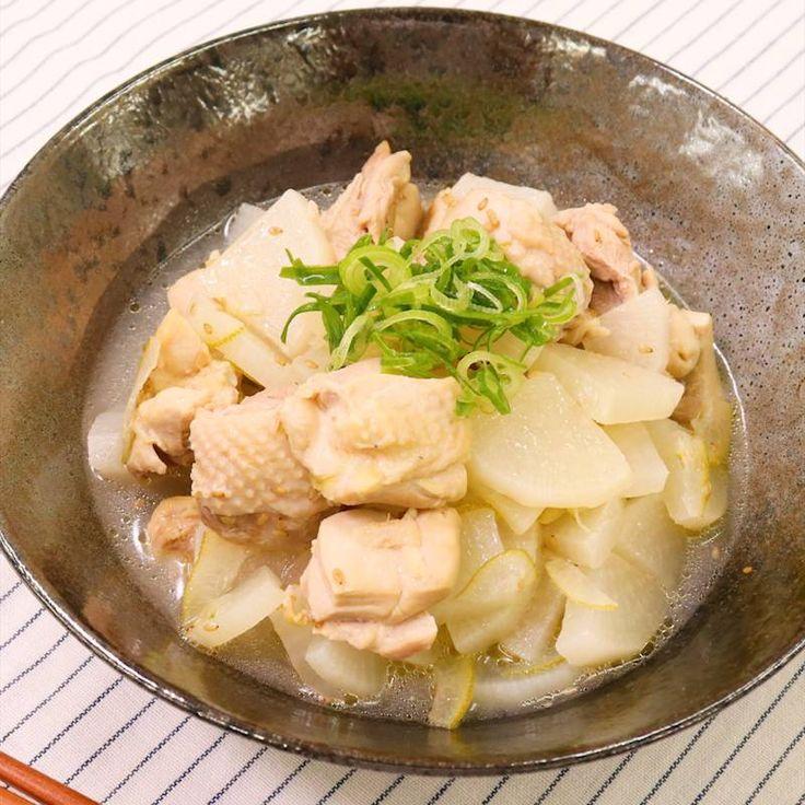 「かぼすが香る 鶏もも肉と大根の塩煮込み」の作り方を簡単で分かりやすい料理動画で紹介しています。かぼすの香りがほのかに香る、鶏もも肉と大根の塩煮込みはいかがでしょうか。 炊飯器で煮込むので、材料を入れたらスイッチを押すだけのとても簡単な料理です。 ごはんのおかずとしても良いですが、日本酒や白ワインにもぴったりです。ぜひお試しくださいね。