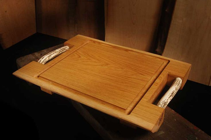 Oak chopping board dimensions 60 × 42 cm worktop thickness 6 cm approximate total height 10 cm, Crumb/gutter on all four sides. Two strong handles bleached stag Horn provide easy transportation. Workable in other custom wood and other measures.