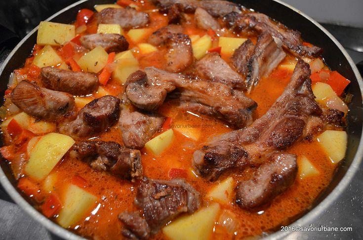 mancare-de-cartofi-cu-coaste-de-porc-si-sos-de-rosii