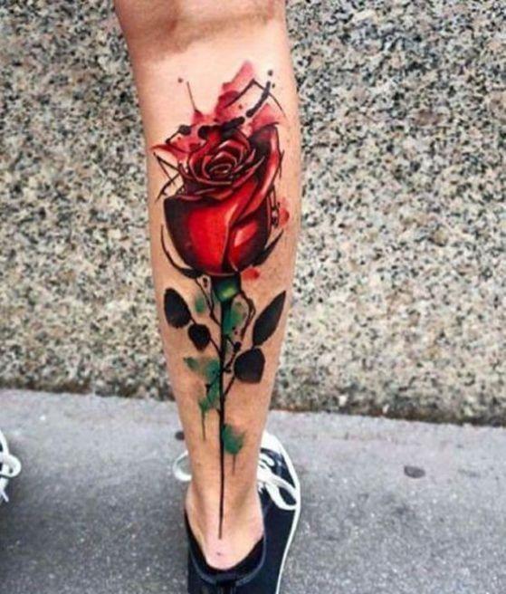 Tattoo en la parte anterior de la pierna, dieño de flor con tallo y espinas