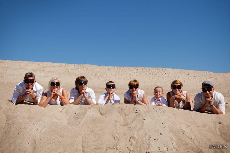 """sesja rodzinna mojej zwariowanej familii. Na zdjęcia wybraliśmy się na """"pustynię"""" i do tego trafiliśmy na fantastyczną pogodę. Najładniejszy weekend września był nasz.  W stylizacja postawiliśmy na klasykę, w biało-czarnym wydaniu. Natomiast nasze zachowanie do stonowanych raczej nie należało. Śmiechy, wygłupy i przekomarzania to nasza wspólna codzienność, więc nie mogło tego zabraknąć na fotkach. Znajdziecie w nich też trochę powagi, trochę czułości, ale przede wszystkim dobrą zabawę."""