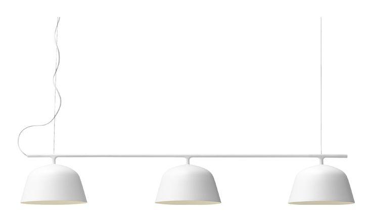 Muutos Ambit av TAF Architects har nu fått tillökning med den läckra pendeln Ambit Rail. Pendeln är en modern nytolkning av den klassiska biljardlampan, vars form och mått gör den perfekt över matbordet, köksön eller bardisken. Med hela tre ljuskällor får du ett starkt och gediget direktljus, som omsluts av tre lampskärmar som delar precis samma mjukt kurvade formspråk som sin föregångare.