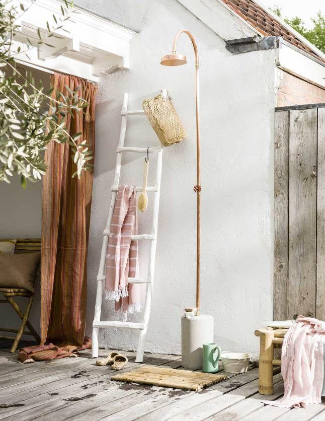 La douche extérieure minimaliste et rustique-chic terrasse ambiance vinaigre brocante et récup! Échelle bois, panier, plaid, fouta