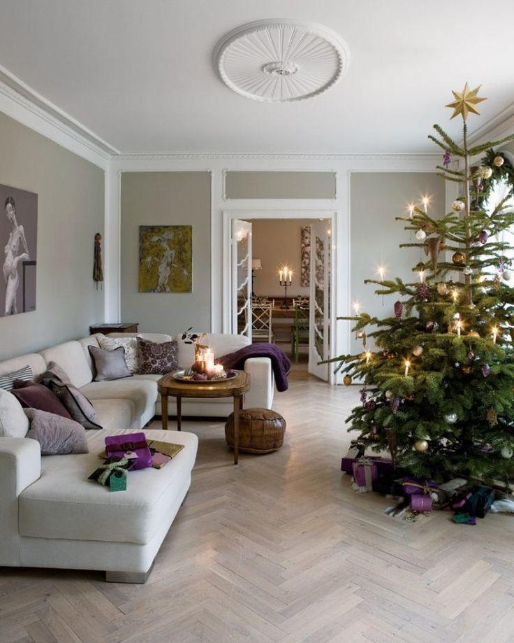 modernes Wohnzimmer und lila Weihnachtsdeko