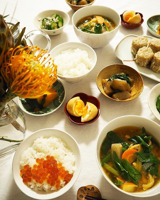 2016.10.12 Yesterday dinner ・ 新米が美味しくて止まらない🌾 いつもは玄米や雑穀を混ぜて炊きますが、この時期限定で白米🍚 ピカピカツヤツヤ、美しいお米に感謝の夜ごはん。 ▪︎いくらのせごはん ▪︎具沢山お味噌汁 ▪︎シューマイ ▪︎かぼちゃ煮 ▪︎こんにゃくと九条葱の炒り煮 ▪︎きゅうりとしらすの酢の物 ▪︎にんにく黒酢の味玉 ・ ごちそうさまでした🍚 ・ ・ #food #foodpic #foodporn #foodphotography #foodstagram #foodstyling #onmytable #onthetable #tablestyling #tablephoto #instagood #instafood #dinner #cooking #mytablesituation #japanesefood #日々 #暮らし #日常 #夕飯 #晩ごはん #夜ごはん #和食 #おうちごはん #新米 #日々の暮らし #器  Yummery - best recipes. Follow Us! #foodporn